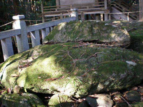 赤猪岩神社蓋をした岩