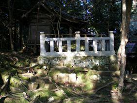 赤猪岩神社岩囲い